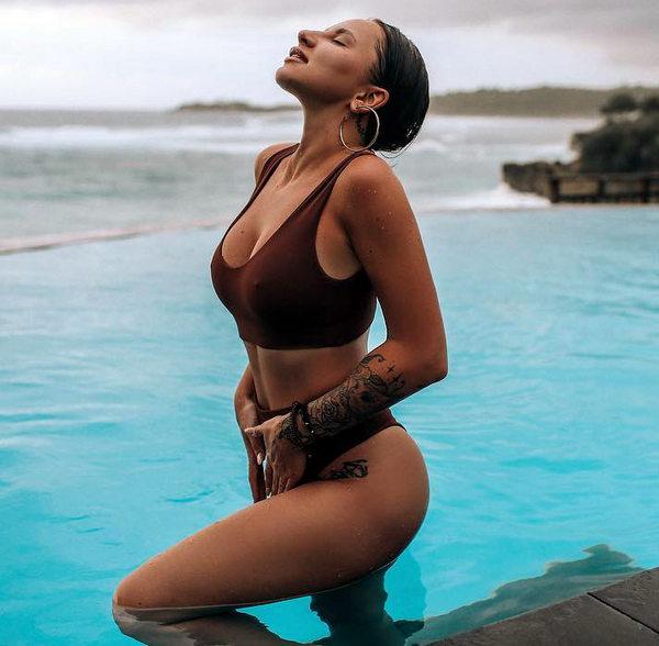Анна Дзюба в купальнике
