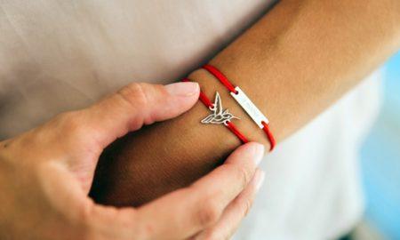 Красная нить на руке что означает