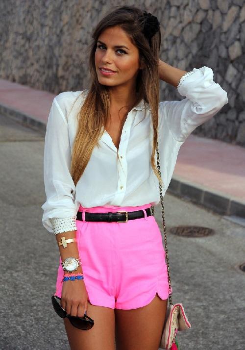 белая рубашка с розовыми шортами