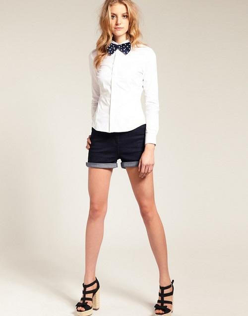 Белая рубашка с черными шортами
