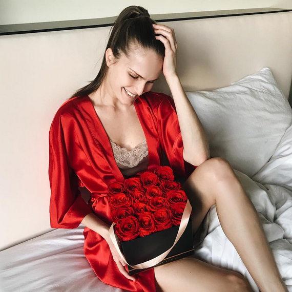 Алла Костромичева в нижнем белье и красном халате