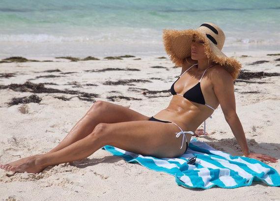 Дженнифер Лопес в купальнике на пляже