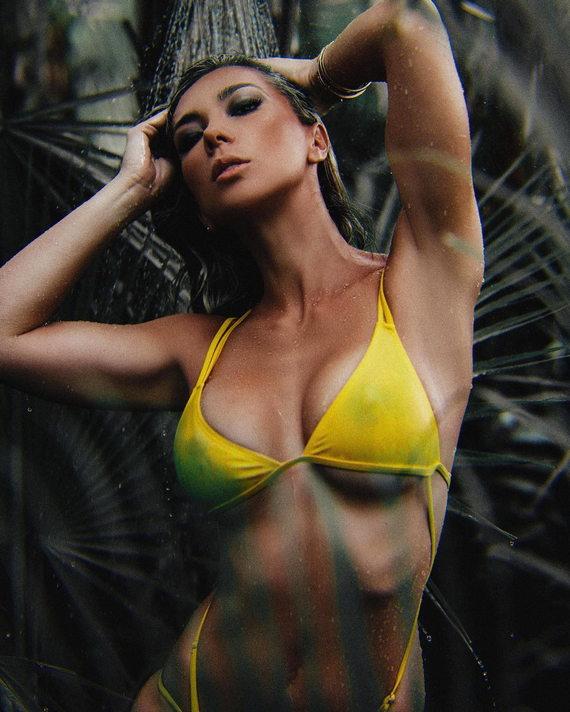 Ливия Гулло фото в купальнике