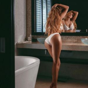 Tatyana Kotova v belom kupalnike